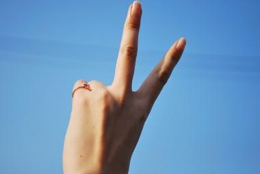 小指 指輪 左 ピンキーリングの意味は恋人がいる(恋愛)?右手左手や重ね付けは?