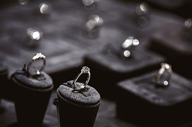 【プロポーズ後】彼女との婚約指輪購入時に注意すべき4つのこと