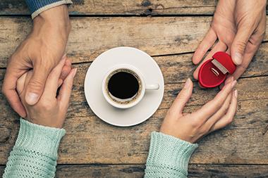 逆プロポーズでプレゼントするのは婚約指輪? それ以外のもの?