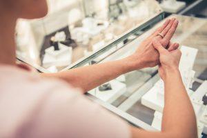 婚約指輪と結婚指輪、同じブランドで揃えた方がいいの?