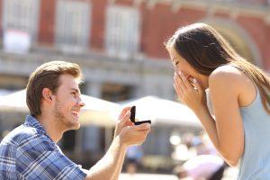 絶対に喜ばれる!婚約指輪のベストな渡し方と指輪を紹介