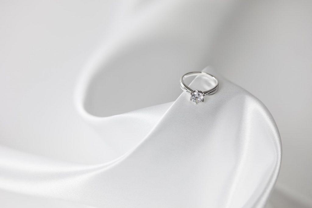 婚約指輪の渡し方は?