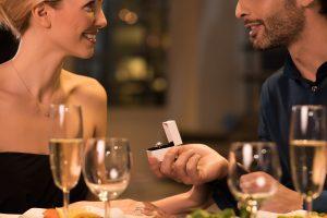 彼女へのプロポーズは誕生日がおすすめ!女性が喜ぶシチュエーションや事前準備について解説します。