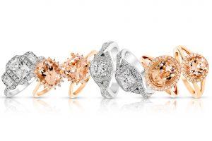 手を華やかに彩ってくれるパヴェの婚約指輪