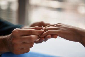 婚約指輪を普段使いしよう!毎日着けられる婚約指輪の特徴と押さえておきたいマナー