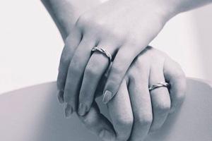 結婚指輪を左手の薬指にする理由とは?10本の指それぞれの意味も合わせてご紹介