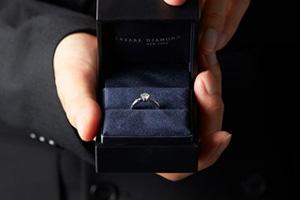 プロポーズで婚約指輪は渡すべき?指輪の由来や渡し方、おすすめのブランドまで徹底解説